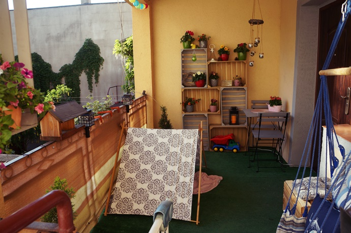 Odświeżony balkon. Jak się sprawdza sztuczna trawa na balkonie?