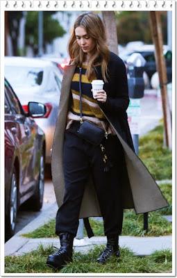 ジェシカ・アルバ(Jessica Alba)は、アンソニー トーマス メリロー(ATM Anthony Thomas Melillo)のダブルフェイスコート、ポップ アンド スキ(Pop & Suki )のカメラバッグを着用。