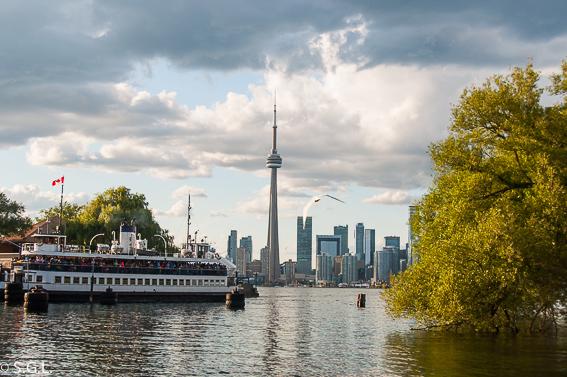Ferry y skyline de Toronto desde las islas de Toronto