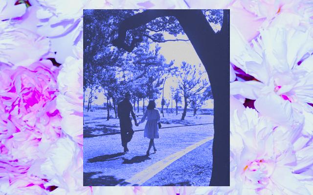 Colagem de casal andando de mãos dadas e flores