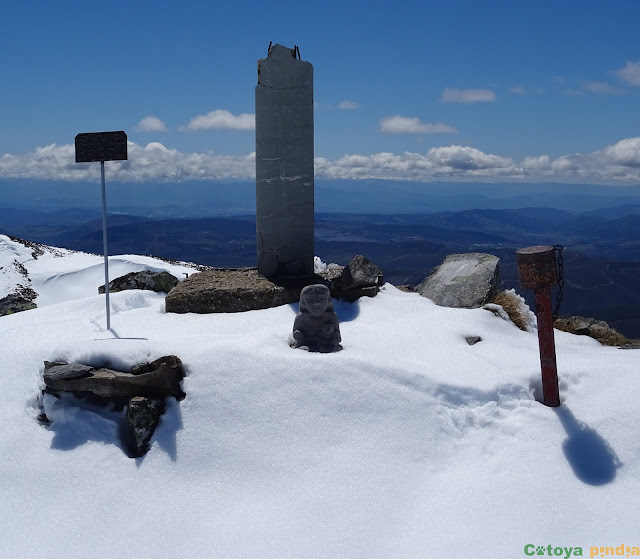 Un concurrido elenco de objetos en la cima de El Miro