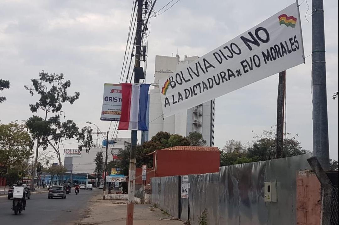 Pancartas de defensa a la democracia en el aeropuerto de Asunción / RRSS