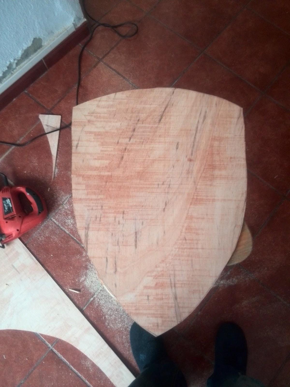 plano de la forma del escudo se cortó en una chapa de madera fina #93383E 1200x1600