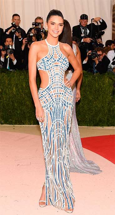 Kendall Jenner vestido estampado escuro longo, festa