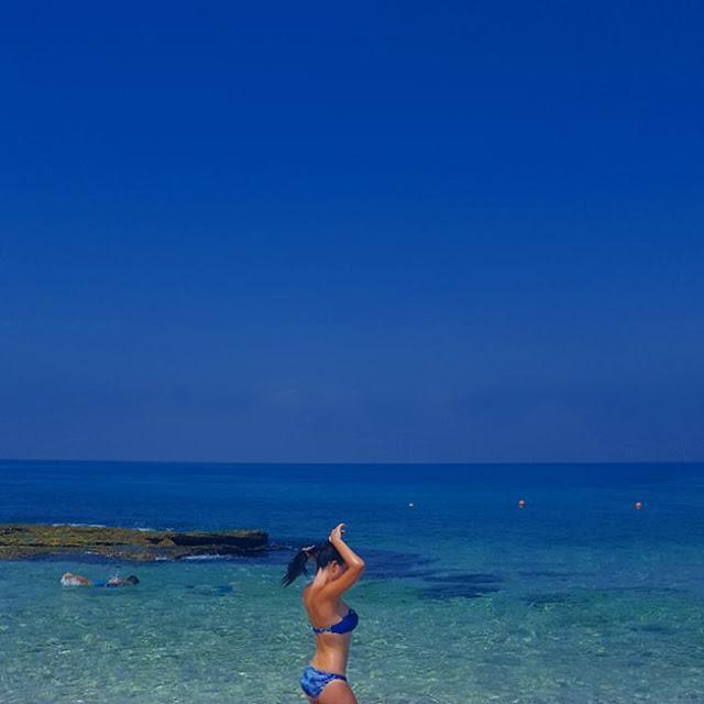 كريستال الحاج بالمايوه الأزرق على شاطئ البترون في لبنان