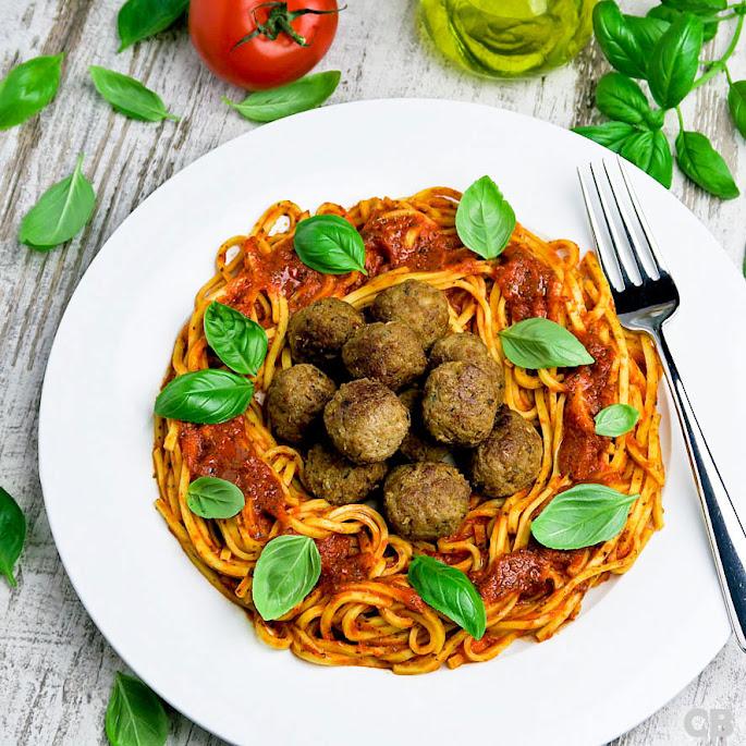 Pasta met tomaat-paprikasaus en kalfsgehaktballetjes met zongedroogde tomaat