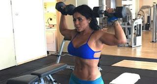 Maripily Lifting weights