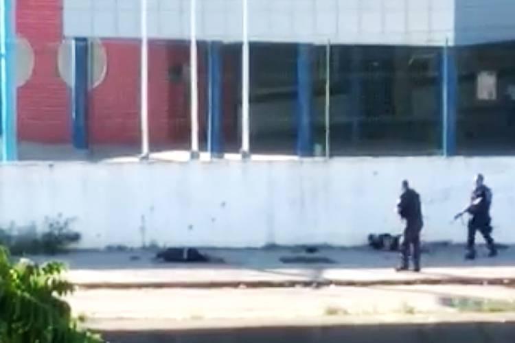 video-mostra-policiais-atirando-em-suspeitos-caidos-no-Rio