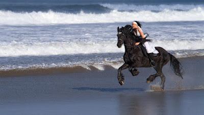 Berkuda menyusuri telaga sarangan