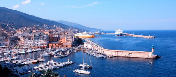 Le temps d'un week-end en Corse, découvrez l'authenticité des paysages et la force d'une culture à part entière. Entre mer et montagne, l'île se borde de franges de sable fin et de roches séculaires. Randonnées, farniente, gastronomie : un week-end en Corse ne laisse pas indifférent. Une île à part et unique en Méditerranée qui saura vous séduire par ses 225 jours de soleil par an. Sa nature sauvage, ses eaux turquoises, des décors idylliques seront votre quotidien lors de votre séjour en Corse. Vous verrez, après cette expérience unique, vous vous empresserez d'y retourner.