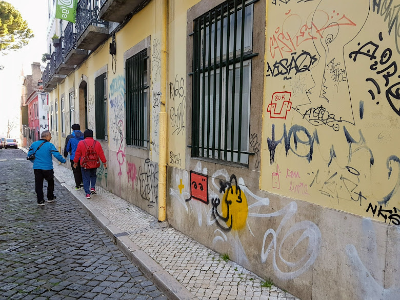 牆上充滿塗鴉的里斯本街道
