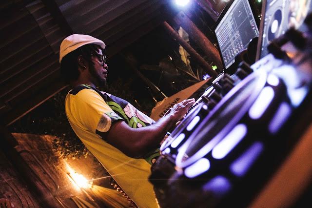 Danilova toca no Aparelha Luzia misto de canções autorais e discotecagem de Afrobeat, Reggae, Soul, R&B e Funk
