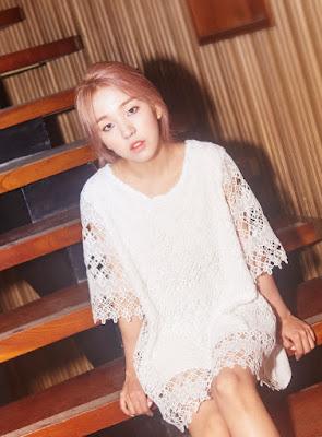 merupakan penyanyi solo perempuan yang bernaung dibawah naungan  Baek Ah Yeon (Penyanyi)