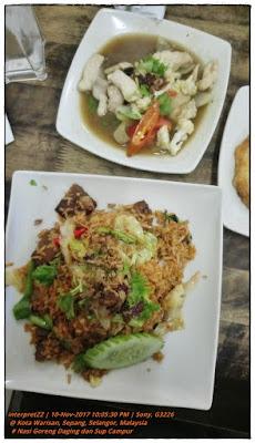 gambar nasi goreng daging dan sup campur di kedai makan Kota Warisan