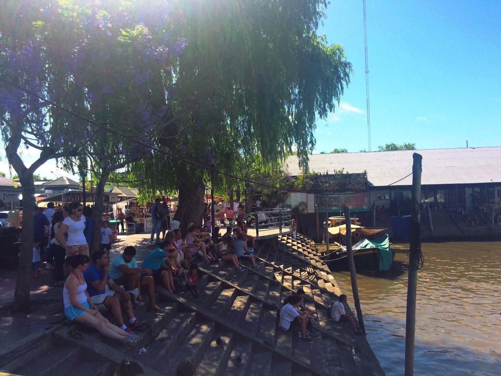 Bachas Para Baño Puerto De Frutos:La gente descansando y disfrutando de la sombre en el puerto de frutos