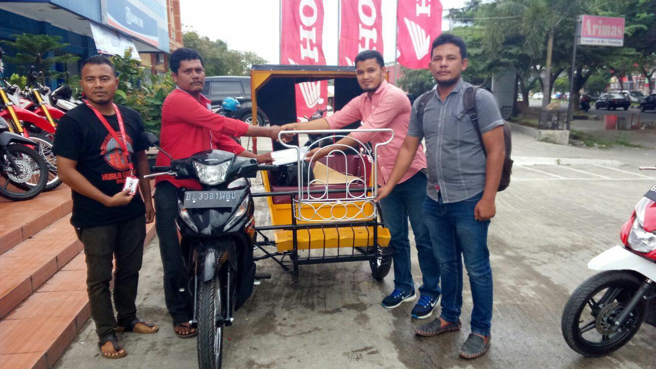 LPD Menyerahka Becak Dayung kepada Pak.Zulkarnaini dari Kab.Pidie Bantuan dari BRA