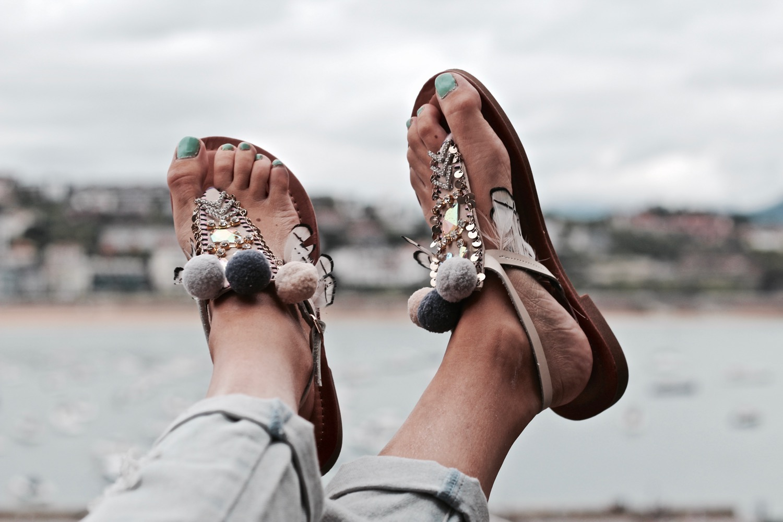 sandalias con pompones baratas