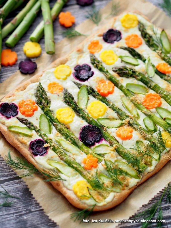 pizza domowa, z warzywami, z twarogiem, bialy sos z twarozku, co na obiad, obiad z piekarnika, zapiekanka, szparagi zielone, kolorowa marchew,
