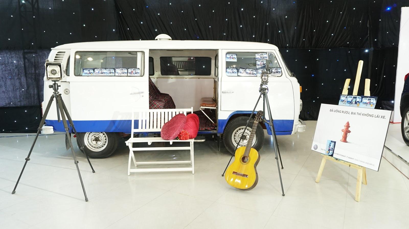 Một góc hoài niệm xưa với Kombi, máy ảnh và cây đàn...cùng lốp xe Volkswagen đã cày mọi nẻo đường trên hành tinh này
