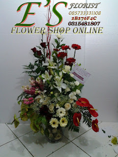rangkaian bunga meja vas kaca