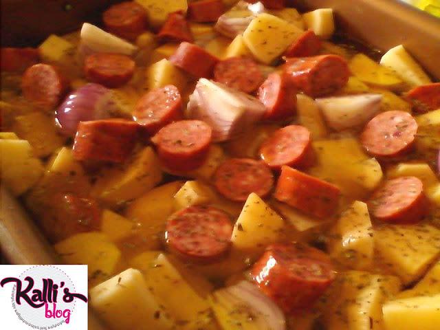 Πατάτες φούρνου με λουκάνικα