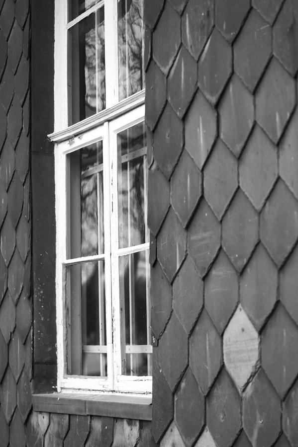 Blog + Fotografie by it's me fim.works - Bahnhof Dissen, Schieferfassade, Fenster in Schwarzweiß