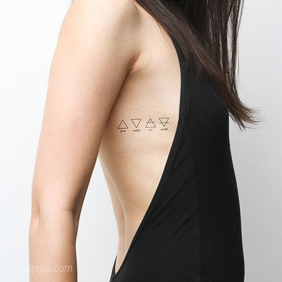 Precisos tatuaje de triángulos en una chica