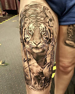 Tatuaje realista de tigre en blanco y negro