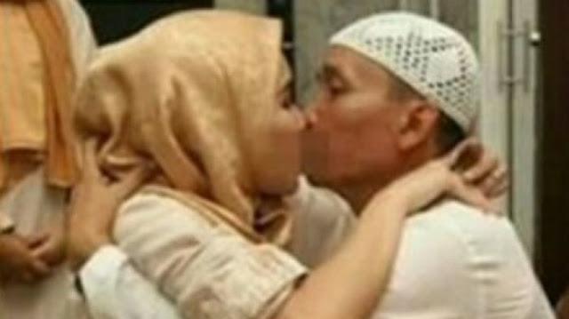 Saling Cium Bibir, Beginilah Cara Sungkeman Ala Ayu Ting Ting dan Ayah Rozak? Wajar Nggak Yah!