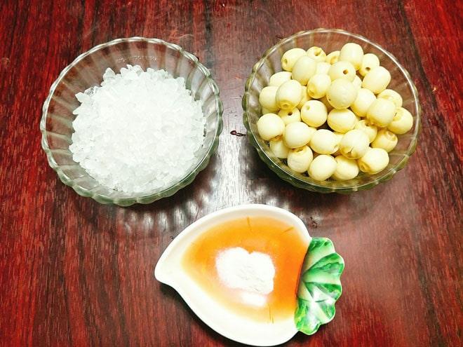 Sên hạt sen trên chảo đến khi dần khô lại và có đường kết tinh bám.