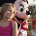 Estas niñas se toman una foto con Minnie, pero pon MUCHA atención en las manos del personaje