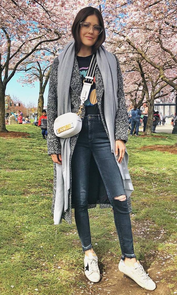 awesome layered outfit for this fall / coat + scarf + printed t-shirt + skinny jeans + sneakers + white bag