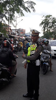 Kanit Sabhara Dialogis Dengan Siswa Penerima Bea Siswa dan Petugas Parkir