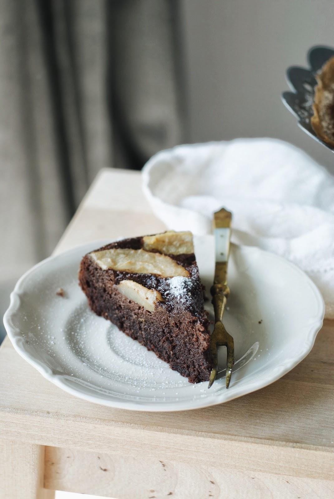 Wilgotne ciasto czekoladowe z owocami