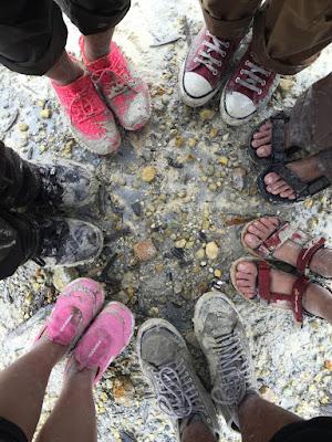 Persiapkan sepatu yang layak dipakai saat naik gunung