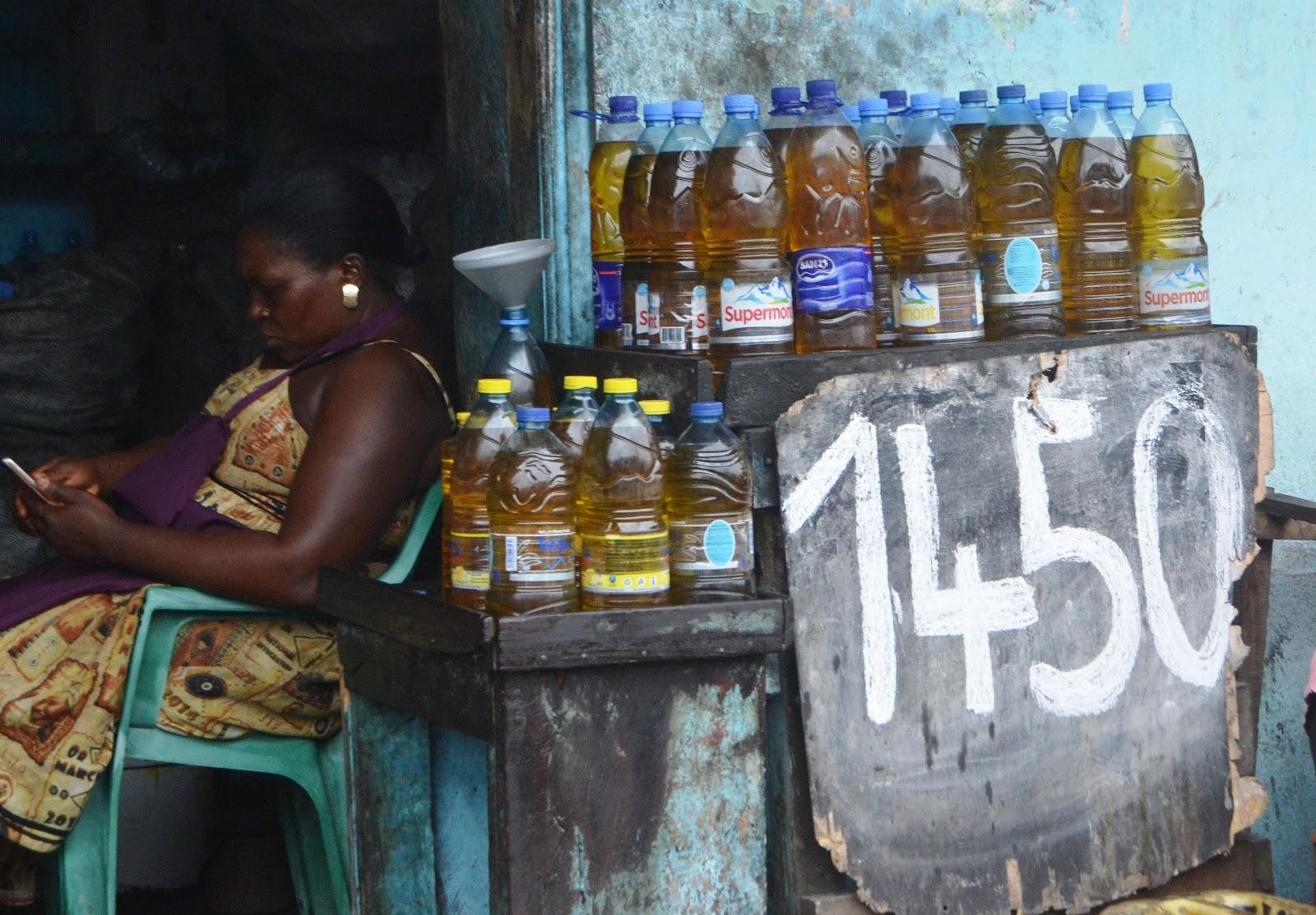 精製されたパーム油を売っている女性