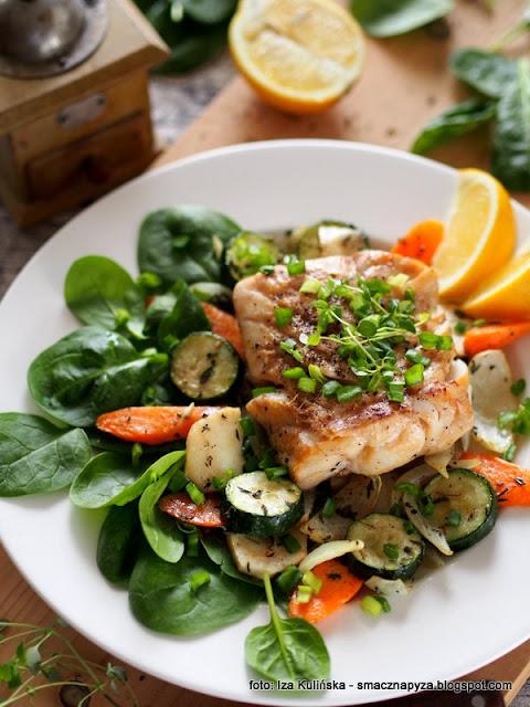 dorsz z grilla , dorsz pieczony , pieczone warzywa , obiad , domowe jedzenie , szpinak , ryba , rybka , polędwica z dorsza , filet z dorsza , przepis na rybkę , detox , wiosenne przebudzenie , detoks
