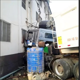 Dangote Truck Crashes Into Building In Lagos but didnt hit anybody– Photo