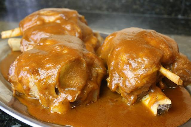 Codillos de cerdo en salsa