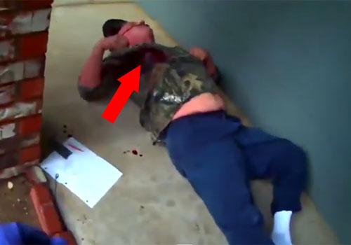 Hombre al parecer ebrio o enfermo mental es disparado por un agente con una carabina automática en el pecho.