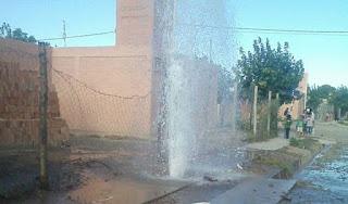 """Los habitantes de dicho barrio indicaron que el caño se rompió por algunos """"niños dañinos""""que viven allí. Esta mañana, los vecinos manifestaron que el agua ya estaba saliendo turbia y que había inundado una de las cuadras del barrio."""