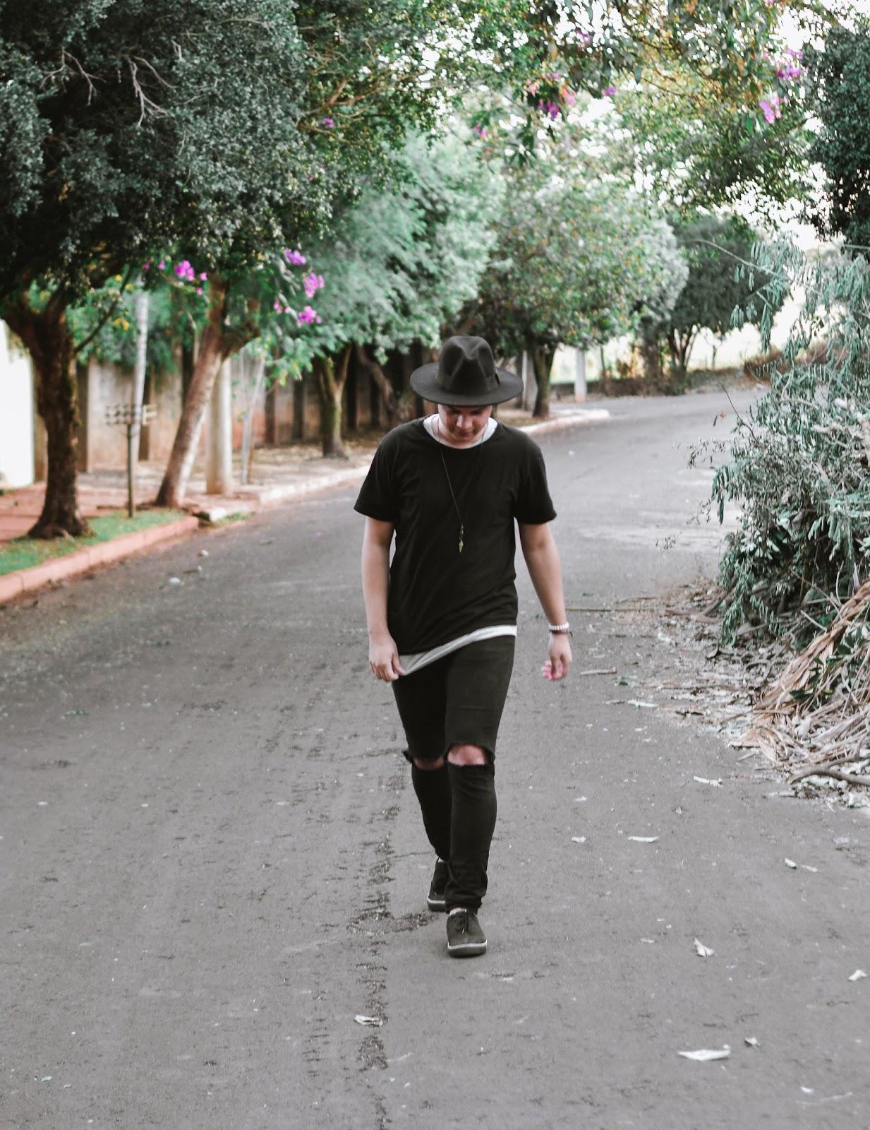 Look Masculino All Black com Chapéu Fedora Preto, Calça Skinny Preta Destroyed, Camiseta Preta
