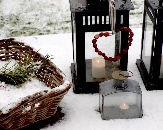 Hjerter af tranebær pynter på lanterne