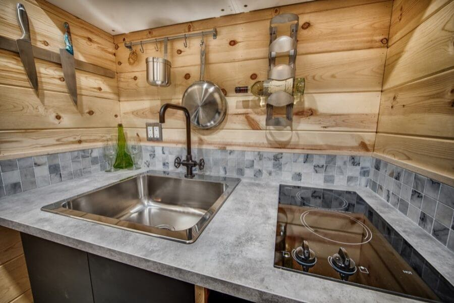 07-Stove-and-Sink-Backcountry-Architecture-with-a-Cosy-Tiny-House-www-designstack-co
