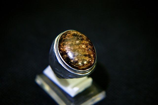 Batu Bulu Macan Serat Emas