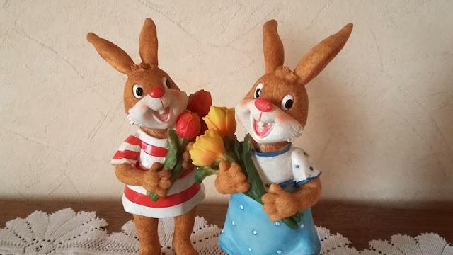 Niedliche Deko-Figuren von Osterhasen
