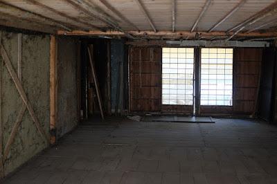 生坂村の古民家カフェ・ひとつ石の二階の蚕室(さんしつ)広い
