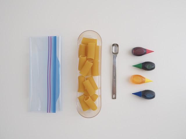 輕鬆染出彩色筆管麵 材料:夾鏈袋(每色各一)、寬筆管麵、醋、食用色素各色