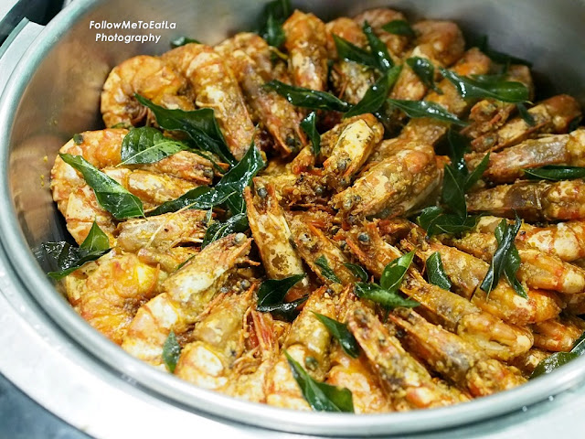 Chinese Cuisine Stir Fried Tiger Prawns With Salted Egg Yolks & Oats