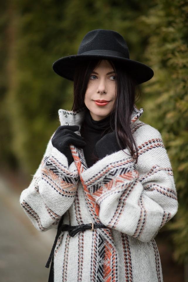 wełniany płaszcz etniczny wzór kardigan etno blog o modzie stylizacja boho z kapeluszem blogerka modowa